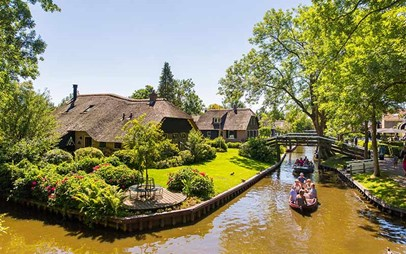 A view of Giethoorn from the water